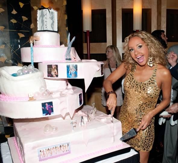 Lorena+cuts+cake