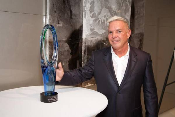 Edward_Nieto_Honored_with_Icon_Award[1]