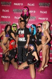 Pauly D poses with the girls of GBDC.