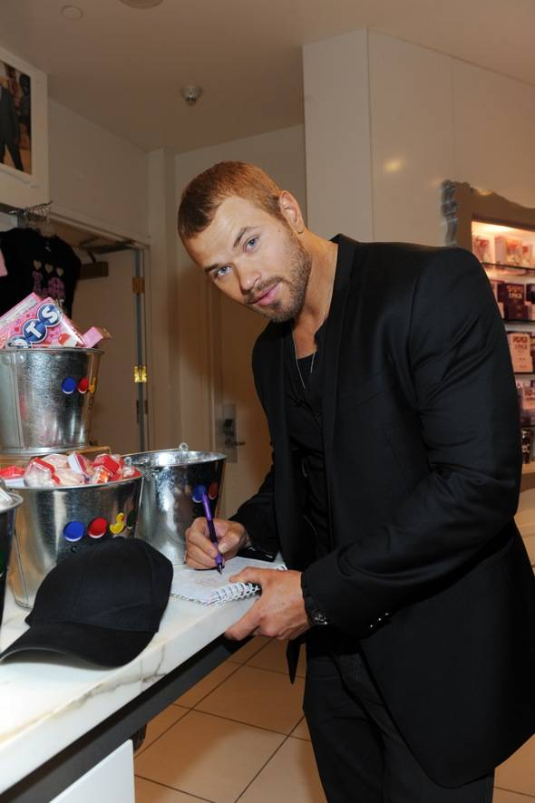 Kellan Lutz autographs merchandise