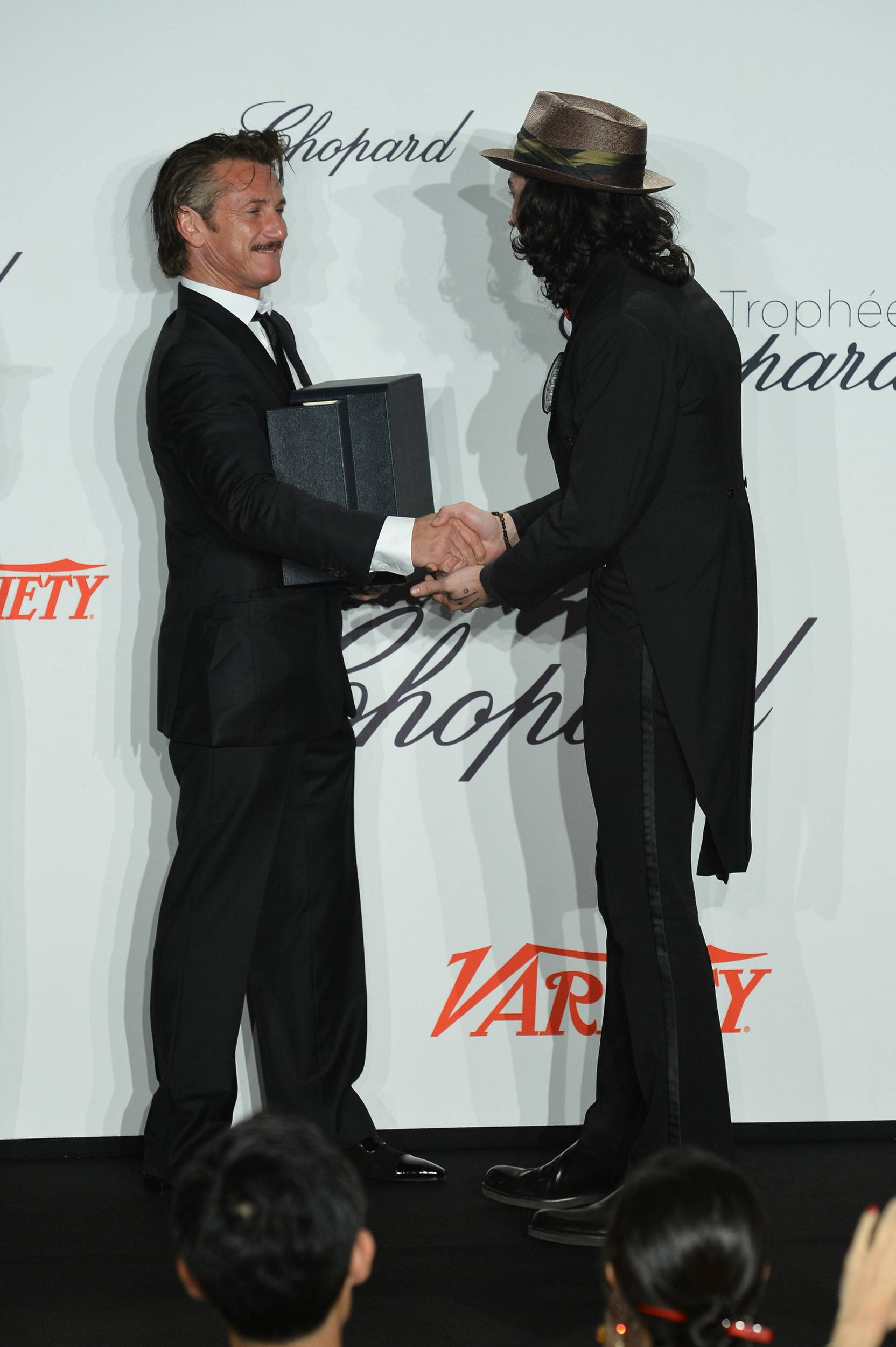Sean_Penn_and_Ezra_Miller_02