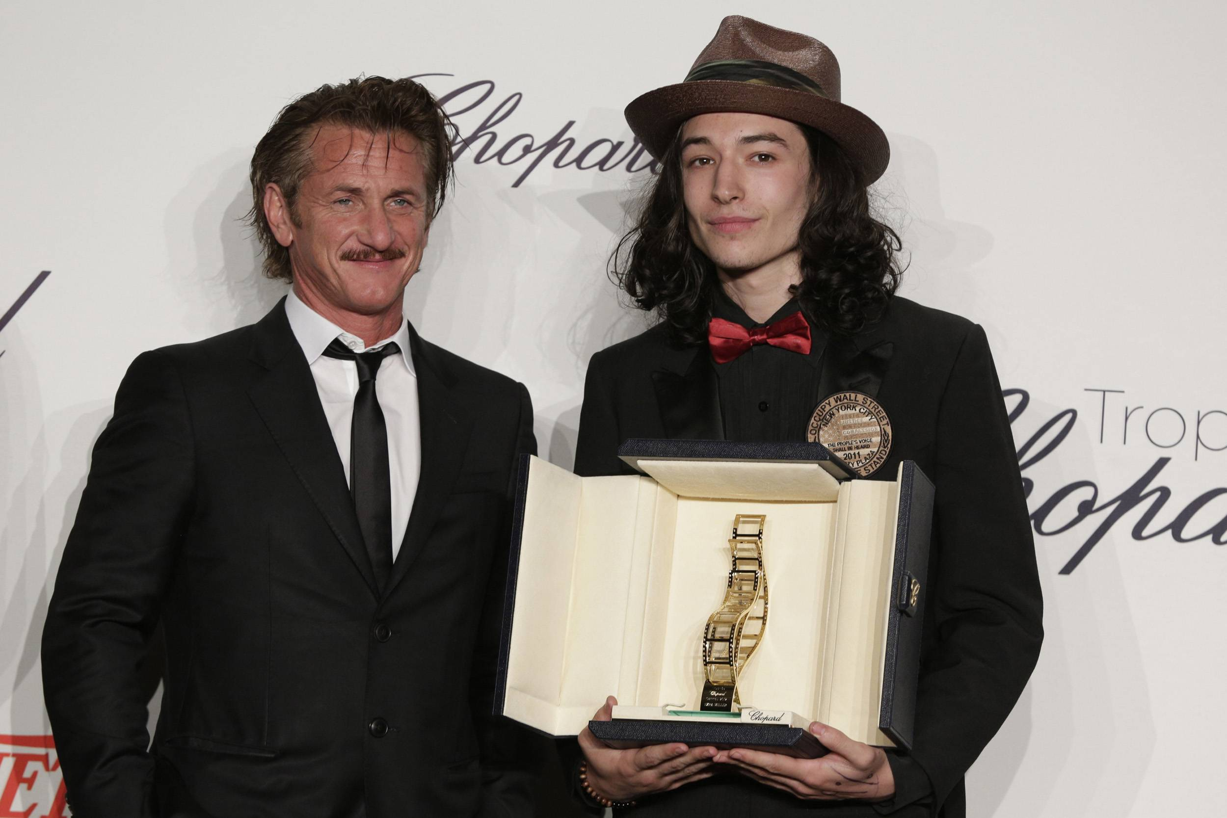 Sean_Penn_and_Ezra_Miller_03