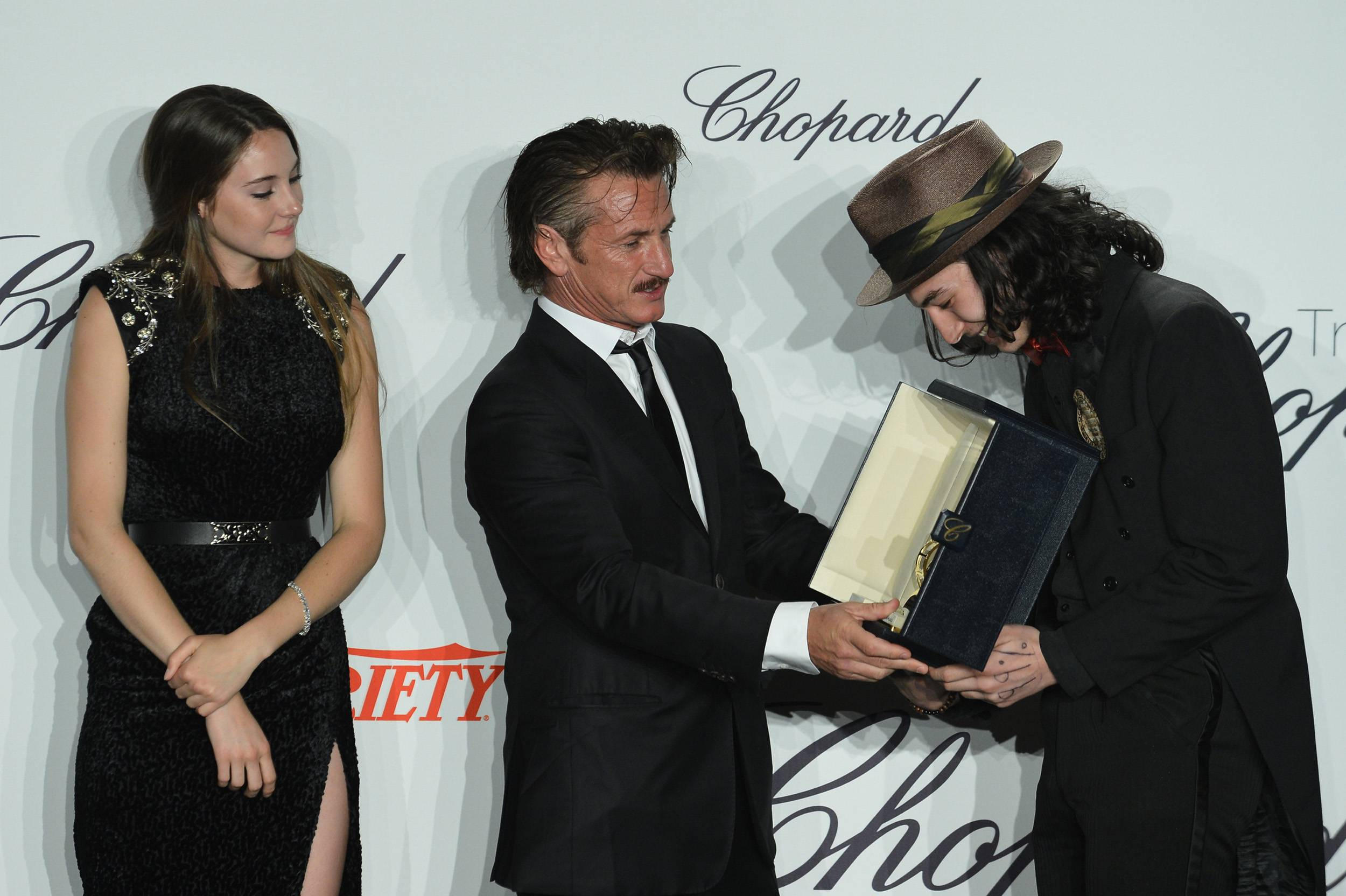 Shailene_Woodley_and_Sean_Penn_and_Ezra_Miller