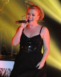 Kelly Clarkson plays the Bouelvard Pool.