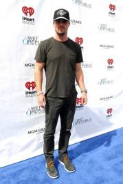 Stephen Amell at Wet Republic. Blue carpet photos: Bryan Steffy/Getty Images