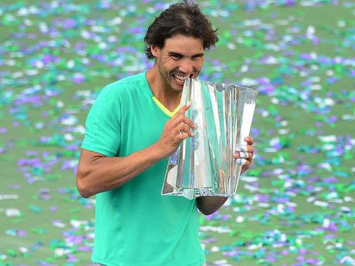 Rafael-Nadal-Indian-Wells-trophy-2013_2917166