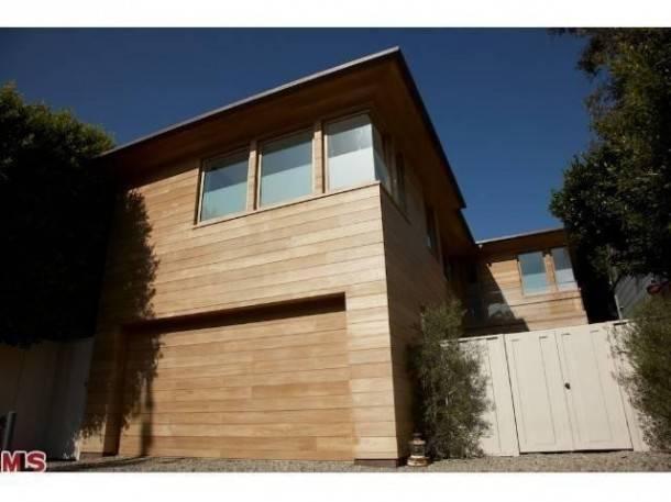 pamela-anderson-selling-malibu-home-1-610x457