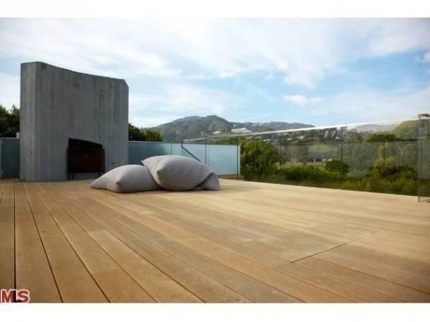 pamela-anderson-selling-malibu-home-4-610x457