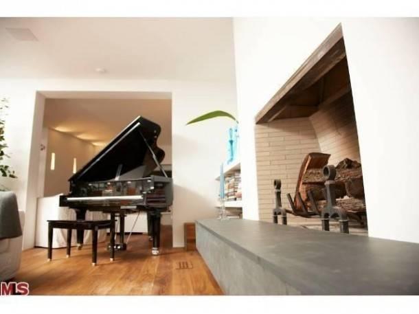 pamela-anderson-selling-malibu-home-5-610x457