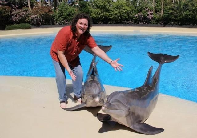 Celebrity Spotting Dot Marie Jones Checks Out The Dolphin Habitat Haute Living