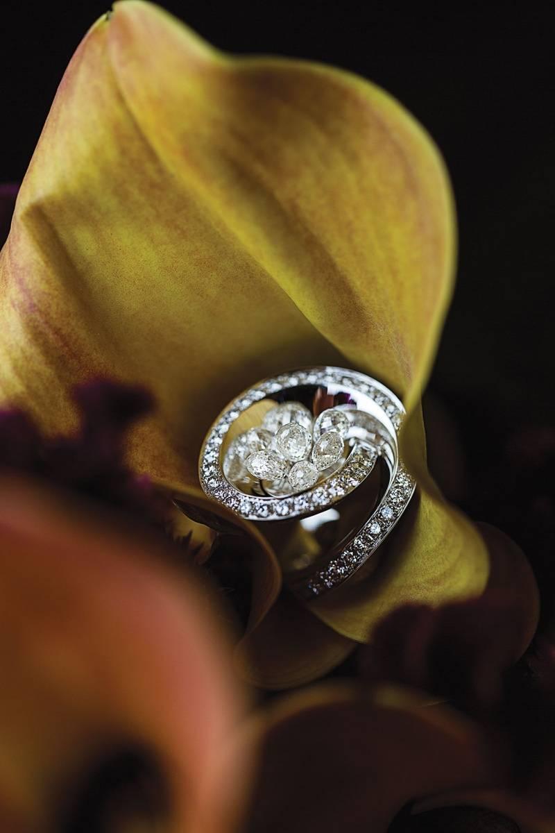 DE GRISOGONO   Ring in white gold,  briolette white diamonds  and white diamonds