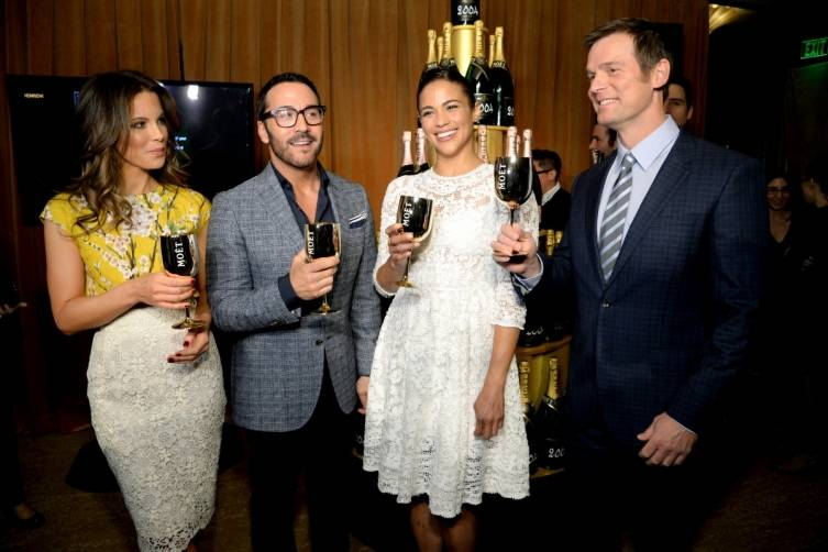 Kate Beckinsale, Jeremy Piven, Paula Patton and Peter Krause toast the 2015 Golden Globes